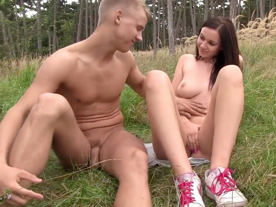 Секс с юными на природе видео