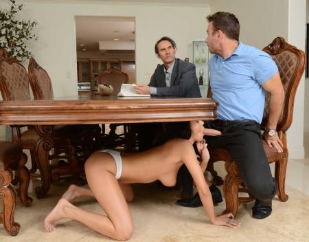 Фото женщина сосет под столом #4