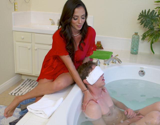 Порно онлайн застукал мамашу в ванной