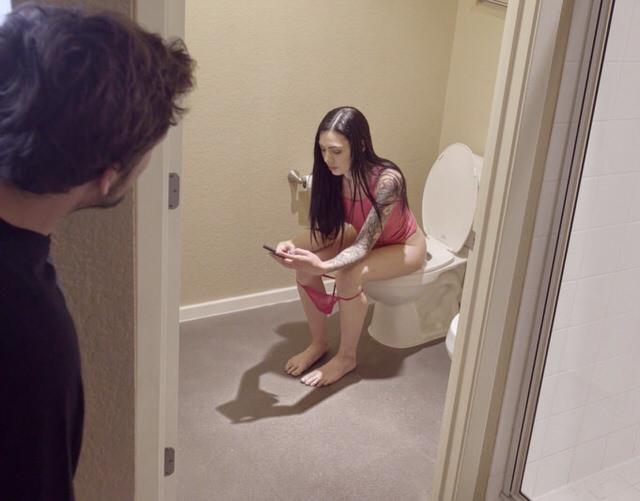 Порно подглядывал в туалете и трахнуд
