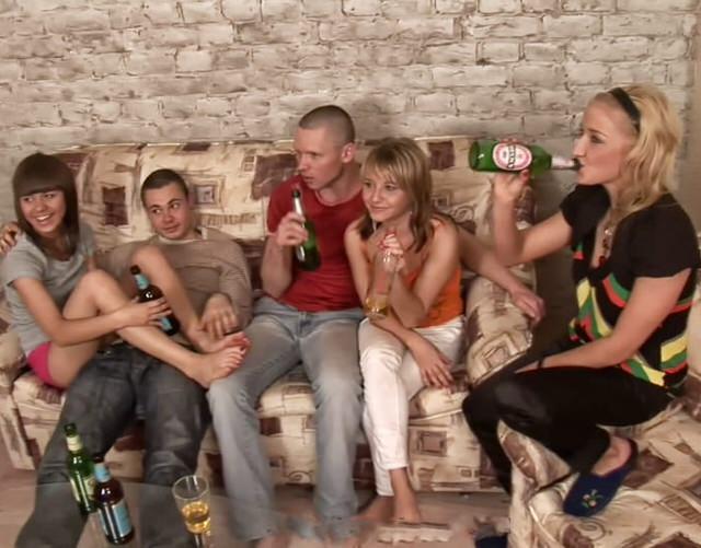 semnie-devushki-trahayutsya-porno-beliy-paren-trahaet-chernuyu-v-spalne