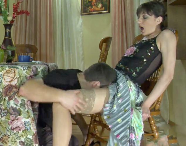 pristaet-k-zreloy-porno-foto-devushki-v-eroticheskom-vechernem-plate