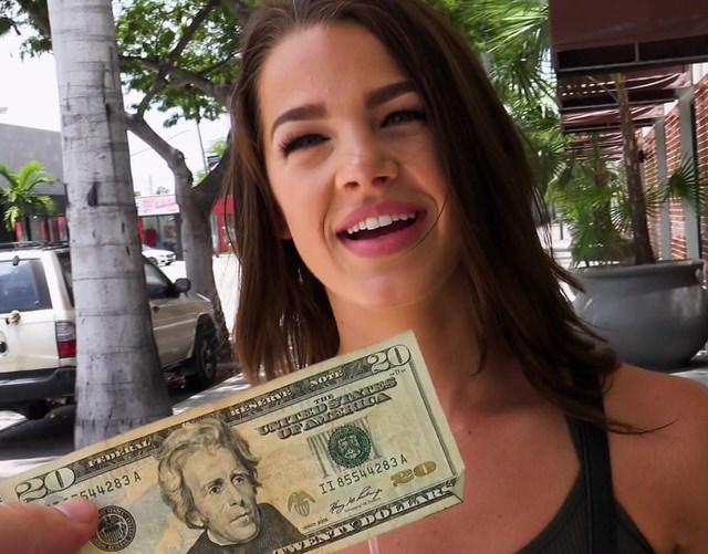 Секси девушка с деньгами