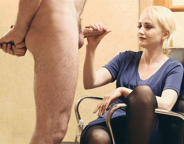 Лесьиянки короткой брюнетка держит член в руке