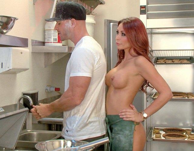 Ебет рыжую на кухне #10