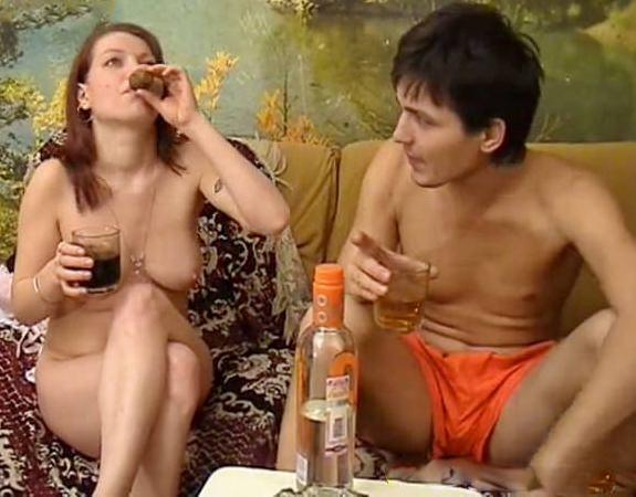 Смотреть онлайн двое парней ебут пьяную русскую телку