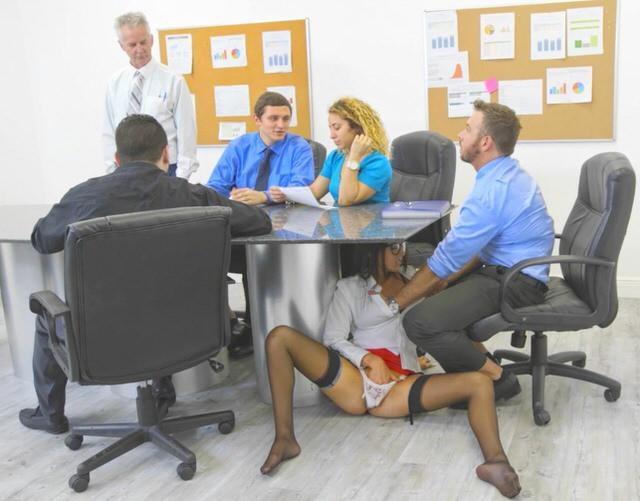 Секс в офисе на шпильках