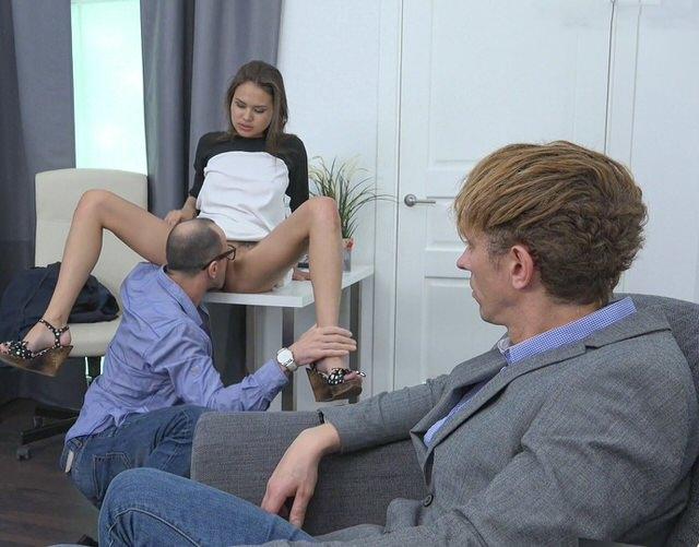 smotret-porno-devka-vilizivaet-pizdu-za-dengi