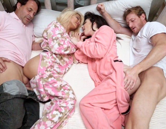Зрелая пришла домой и начала мастурбировать, шикарная хозяйка любит секс фото