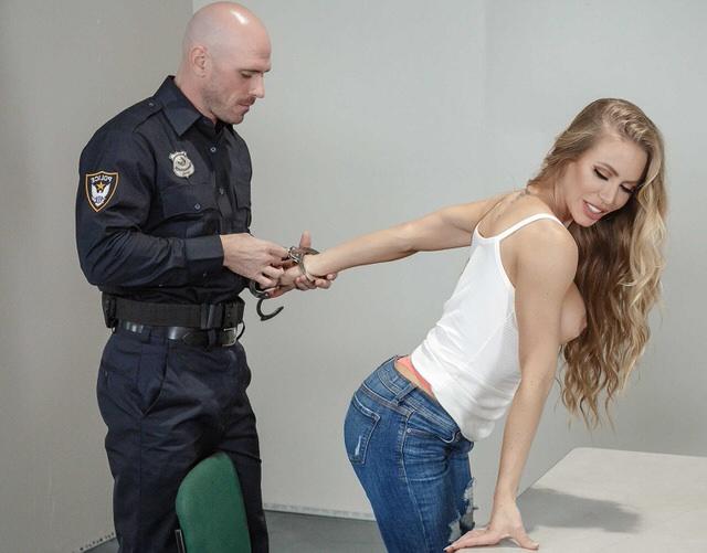 Полицейская С Большими Дойками Соблазнила Парня На Допросе