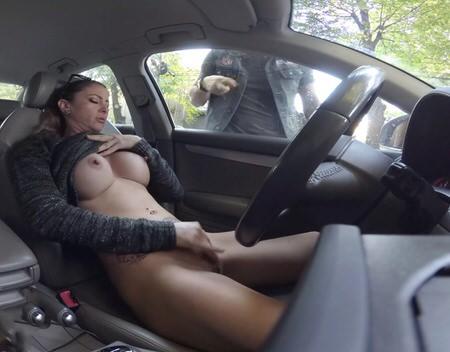 Большегрудая красотка ублажает мужика минетом в машине